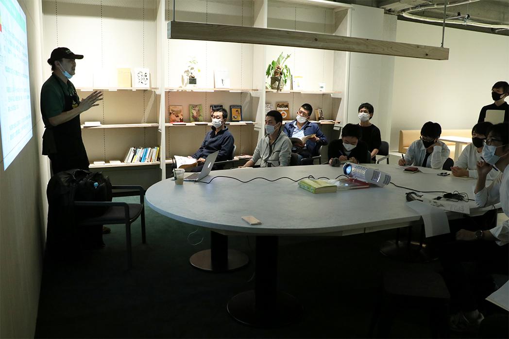 MEDAT浅野さんによるスライドショー 真剣に話を聞く参加者